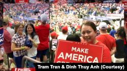 Trong số những ủng hộ viên nhiệt thành nhất đến dự cuộc tập hợp của Tổng thống Trump ở Tulsa có bà Trần Ngọc Trâm (ảnh phải) và bà Phạm Thị Hạnh (ảnh trái, áo trắng).