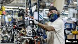 美國明尼蘇達州一條北極星牌雪地摩托車生產線上的工人正在工作。(2021年6月7日)