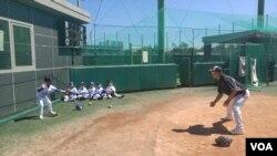다문화, 탈북 가정 어린이들로 구성된 '고양 허구연 무지개 리틀야구단' 선수들이 훈련을 하고 있다.