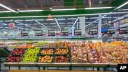 Police sa uvoznim voćem i povrćem u marketu Lenta u Novosibirsku.