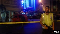 Polisi berjaga di depan pos polisi yang terkena aksi terorisme di Solo (foto: VOA/Yudha Satriawan).