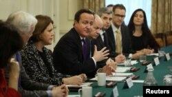 El primer ministro británico, David Dameron (centro), participó en la cumbre de Londres sobre seguridad en Internet.