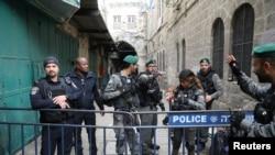 اسرائیلی پولیس اور سیکیورٹی اہل کار یروشلم کے پرانھے شہر میں حملہ آور کو ہلاک کرنے بعد کارروائی کررہے ہیں۔ یکم اپریل 2017