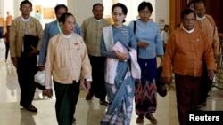 지난 16일 미얀마 야당 지도자 아웅산 수치 여사(가운데)가 지난 8일 실시된 총선 이후 첫 의회 회기에 참석하기 위해 네피도 시 의회 건물에 도착했다.