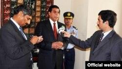 وزیراعظم راجہ پرویز اشرف ہوائی اڈے پر صحافیوں سے گفتگو کر رہے ہیں۔