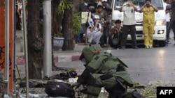 Chuyên viên gỡ bom Thái Lan xem xét một túi đeo vai bỏ lại tại hiện trường vụ nổ ở Bangkok, ngày 14/2/2012