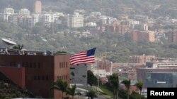 미 국무부가 베네수엘라의 자국 외교관 추방 조치에 대응해, 2일 워싱턴 주재 베네수엘라 외교관 3명에게 추방 명령을 내렸습니다. 사진은 1일 베네수엘라 카라카스의 미국 대사관 모습.