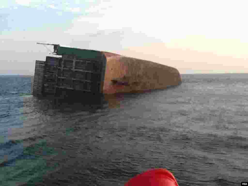 Angola, Navio cargueira afundou na costa de Cabinda a 16 de Maio, 2014