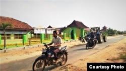 Warga melintas di jalan desa Tanjung Anom, Lampung Tengah. (Foto: Sutopo Adi)