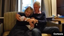 Los felices abuelos compartieron en sus cuentas de Twitter la noticia de su nuevo nieto.