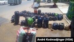 Bonbonnes de gaz butane vide à N'Djamena, le 4 avril 2019. (VOA/André Kodmadjingar)