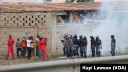 Des manifestants face aux forces de l'ordre à Lomé, Togo, 19 août 2017. (VOA/Kayi Lawson)