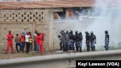 Des manifestants tentent de résister devant la police à Lomé, Togo, 19 août 2017. (VOA/Kayi Lawson)
