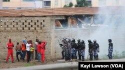 Des manifestants tentent d'affronter la police à Lomé, Togo, 19 août 2017. (VOA/Kayi Lawson)