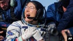 L'astronaute américaine Christina Koch après l'atterrissage de la capsule spatiale russe Soyouz MS-13 à 150 km au sud-est de Zhezkazgan, au Kazakhstan, le 6 février 2020.