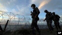 南韓海軍陸戰隊士兵在延坪島巡邏。(2020年9月24日)