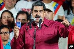니콜라스 마두로 베네수엘라 현 대통령이 20일 재선에 성공한 후 카라카스의 대통령궁에서 지지자들을 향해 연설하고 있다.