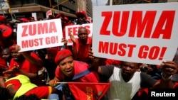 남아프리카공화국 수도 프리토리아의 법원 앞에서 제이콥 주마 대통령의 퇴임을 촉구하는 대규모 시위가 벌어졌다.
