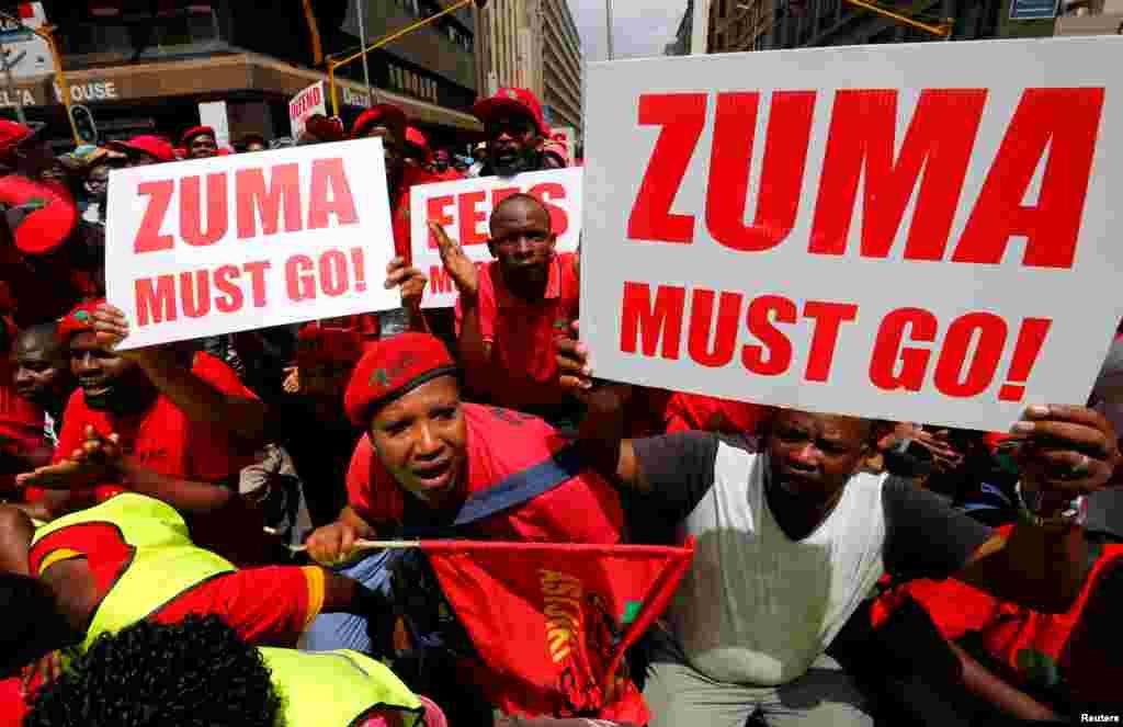 Manifestantes exigem demisão do presidente Jacob Zuma junto a tribunal em Pretória.