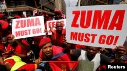 Des manifestants appellent le président Jacob Zuma à la résignation devant le cour de Justice de Pretoria, le 2 novembre 2016.
