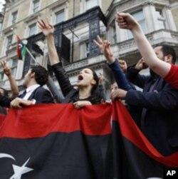 Des Libyens devant l'ambassade de leur pays à Londres