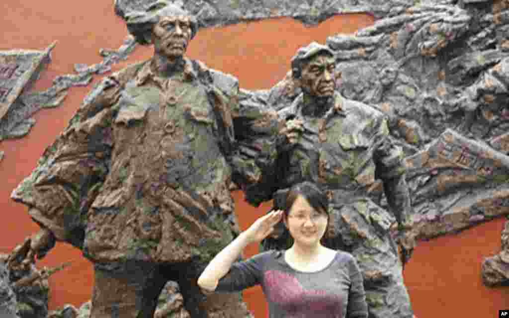 一名游客在四渡赤水纪念馆内的毛泽东雕像前留影