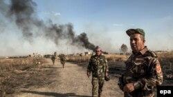Các chiến binh Peshmerga tuần tra khu vực ngoại ô của làng Mufti sau khi chiếm lại từ tay Nhà nước Hồi giáo, ngày 29/5/2016. Các chiến binh Peshmerga giờ đây đã chiếm được những khu vực chỉ cách thành phố Mosul 20 kilomét.
