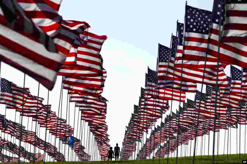 پرچم های برافراشته آمریکا در ساحل مالیبو کالیفرنیا در هفدهمین سالگرد حملات تروریستی ۱۱ سپتامبر ۲۰۰۱