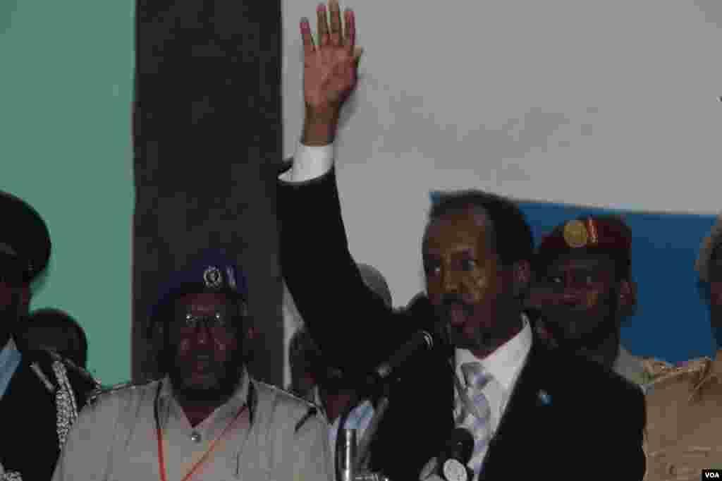 국회에서 새 대통령으로 선출된 뒤 손을 흔드는 모하무드 대통령