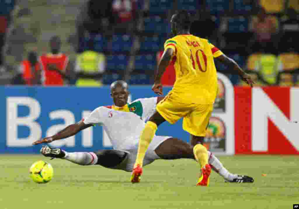 Mali's Modibo Maiga challenges Guinea's Dianbodo Balde during their African Nations Cup Group D soccer match at Franceville Stadium