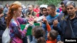 Раздача фруктов мигрантам. Берлин, Германия (архивное фото)
