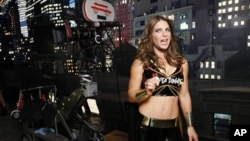 """Pelatih kebugaran dari GoDaddy.com dan acara """"Biggest Loser"""", Jillian Michaels, sedang syuting iklan untuk Super Bowl 2010. (Foto: Dok)"""