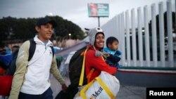 Une famille de l'Amérique centrale arrive à la frontière avec les Etats-Unis pour demander l'asile, à Tijuana, Mexique, le 2 mai 2018.