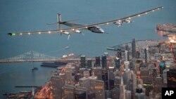 Máy bay dùng năng lượng mặt trời Solar Impulse 2 bay trên bầu trời San Francisco, ngày 23 tháng 4 năm 2016.