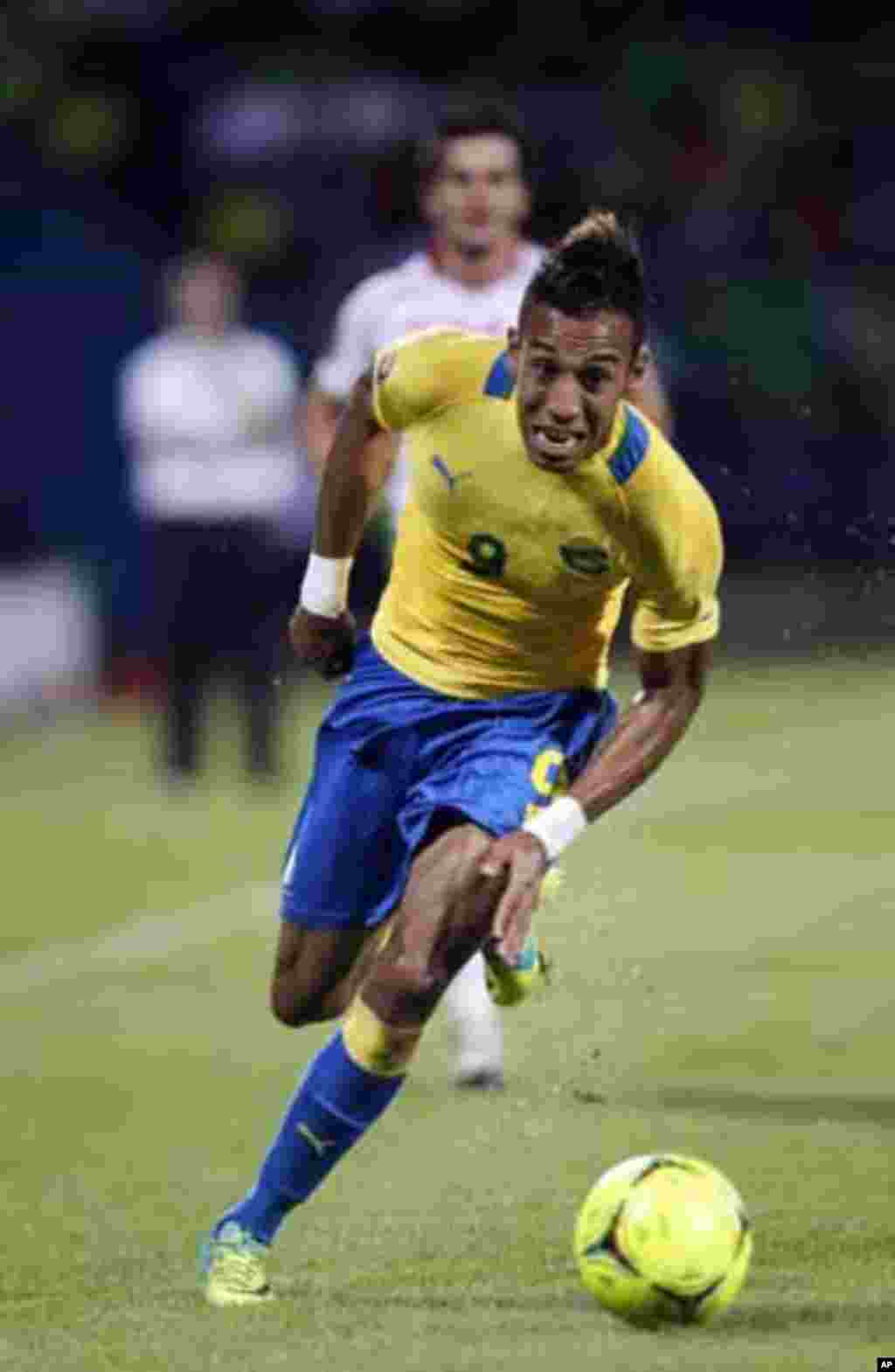 Gabon's Pierre Emerick Aubameyang runs with the ball during their African Cup of Nations Group C soccer match against Tunisia at Franceville stadium in Gabon January 31, 2012.