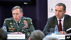 Gen. David Petraeus, top U.S and NATO commander (L), and Ambassador Mark Sedwill, NATO Senior Civilian Rep. in Afghanistan address discuss 'The International Mission in Afghanistan', at the United Services Institute in London, 15 Oct 2010.