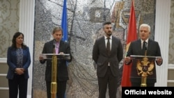 Evropski komesar Johanes Han i crnogorski premijer Duško Marković na konferenciji za novinare u Podgorici (rtcg.me)
