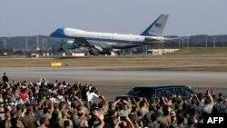 Air Foice One đến căn cứ U.S. Yokota trên đường đưa TT Trump đi công du Châu Á.