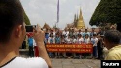 Turis China berfoto ketika berkunjung ke Wat Phra Kaeo (Emerald Buddha Temple) di Bangkok 23 Maret 2015. Kemarahan publik memaksa pemerintah Thailand mengeluarkan aturan etiket bagi turis asing.