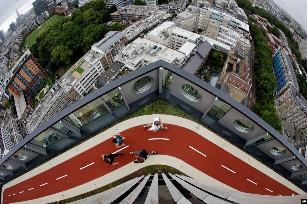 영국 런던 시내 '화이트컬러 팩토리'사무용 빌딩 150m 높이에 설치된 트랙에서 뛰고 있는 시민들. 런던에서 가장 높은 트랙이다.