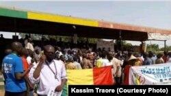 Des manifestants exigeant la libération du militant anti-corruption Clément Dembélé, à Bamako au Mali.