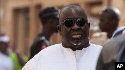 Papa Massata Diack, au centre, fils de l'ancien président de l'IAAF Lamine Diack arrive au commissariat central de Dakar, au Sénégal, lundi 17 février 2016.
