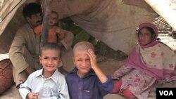 Keluarga korban banjir Pakistan masih tinggal di tenda-tenda penampungan sementara.