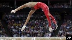 Gabrielle Douglas, del equipo de gimnasia de Estados Unidos, se presenta en la viga.