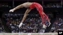 美国女子体操选手道格拉斯7月31日在伦敦奥运会的女子体操团体比赛决赛中完成平衡木上的动作
