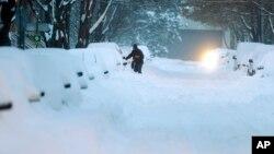 Tuyết ở New York. Thời tiết giá lạnh khiến cho hoạt động doanh thương chậm lại