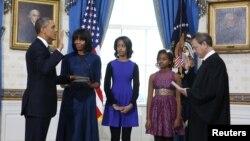 Predsednik Barak Obama polaže zakletvu na ceremoniji u Beloj kući