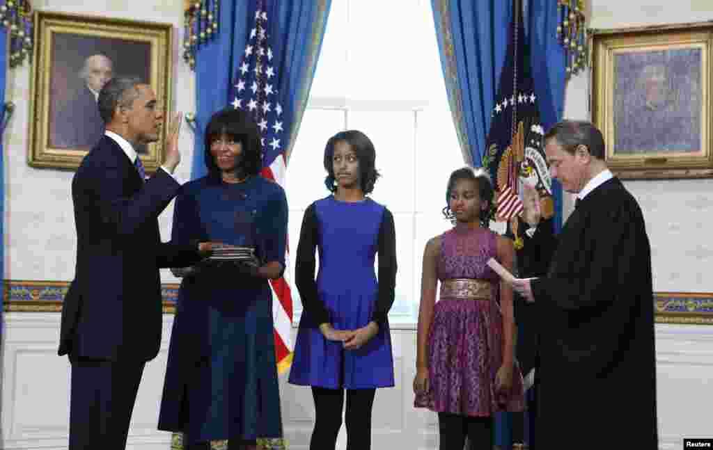 Başkan Obama Beyaz Saray'daki kısa törende eşi ve iki kızıyla başkanlık yemini ederken