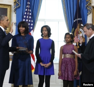 Tổng thống Hoa Kỳ Barack Obama tuyên thệ nhậm chức trước Chánh án Tối cao Pháp viện John Roberts, với sự hiện diện của Đệ nhất Phu nhân Michelle Obama (cầm quyển Thánh Kinh) và 2 ái nữ của Tổng thống là Malia và Sasha