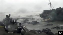中國漁船因颱風在南韓觸礁﹐南韓海岸警衛隊已經展開拯救行動